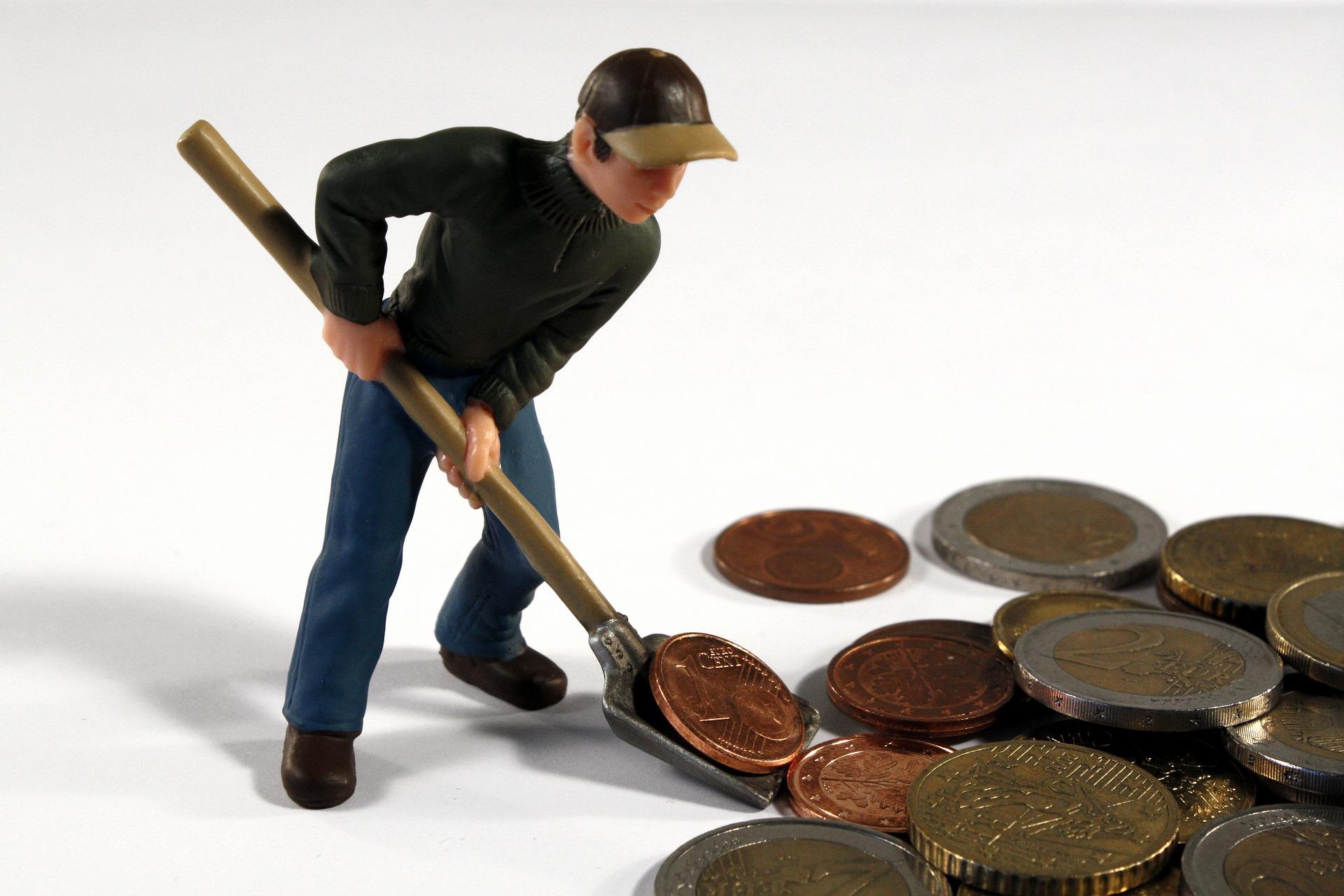 hombre juntado monedas indemnización